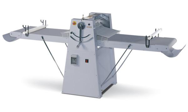 Band-Teigausrollmaschine für Bodenaufstellung mit hochklappbaren Arbeitsflächen, Arbeitsbreite 500 mm. Abnehmbare Schaber, variable Geschwindigkeit.