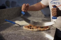 Wiegemesser zum Schnitt der Pizza
