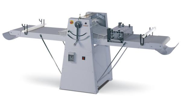 Band-Teigausrollmaschine für Bodenaufstellung mit hochklappbaren Tischen, Arbeitsbreite 600 mm. Abnehmbare Schaber, 2 Geschwindigkeiten.